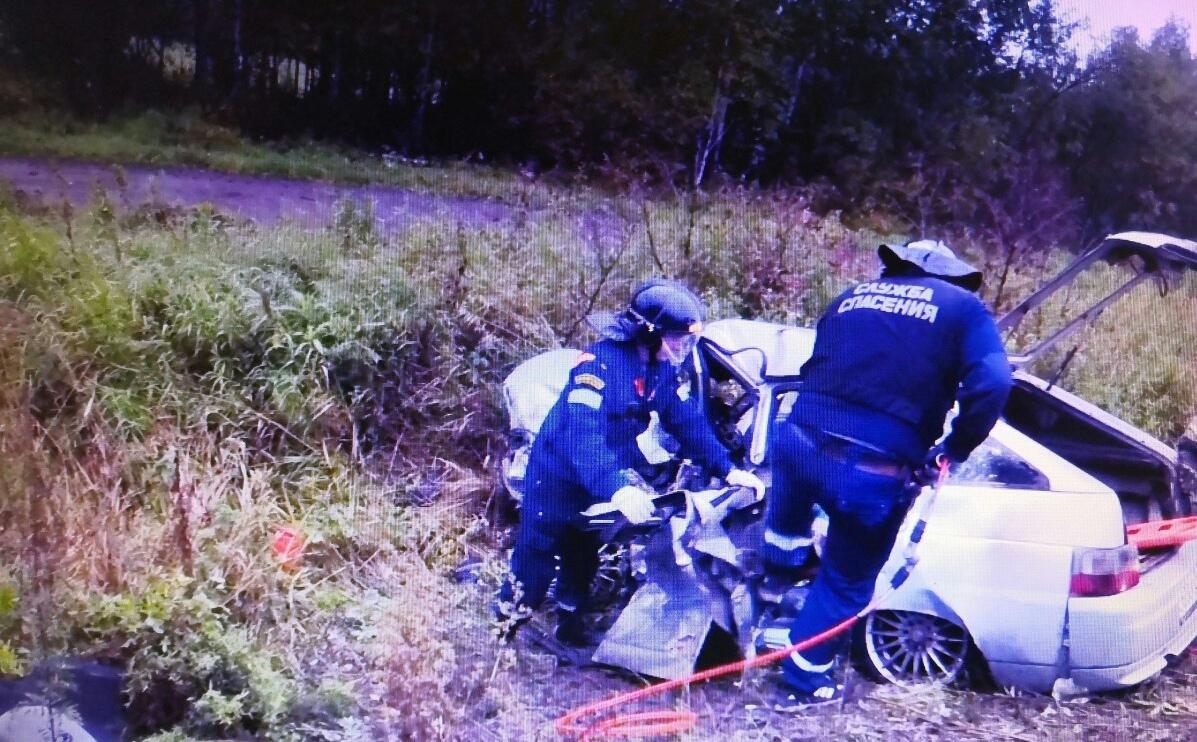 Пострадавших из машины доставали спасатели
