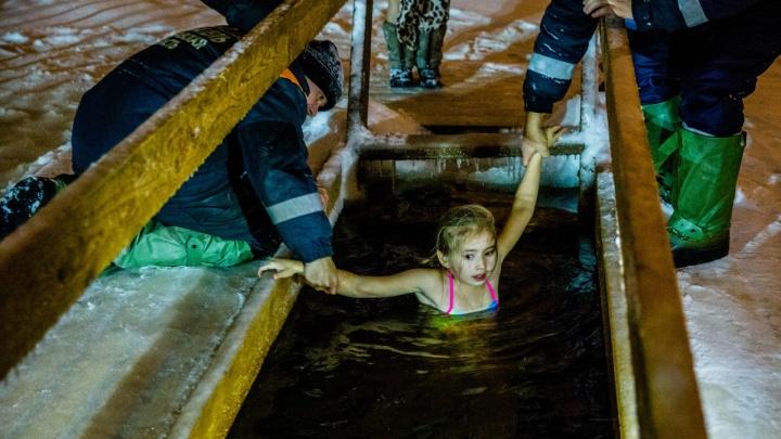 В ледяную воду ныряли даже дети: как ярославцы ночью отметили Крещение у иорданей
