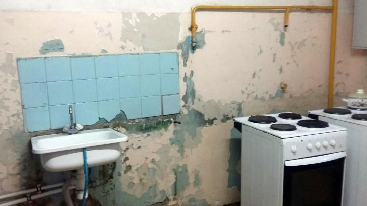 Руководство ОмГПУ пообещало попросить у федералов деньги на ремонт общежития с облезлыми стенами