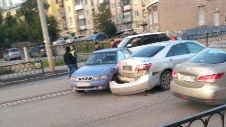 На перекрёстке возле ТЮЗа образовалась большая пробка из-за двух аварий
