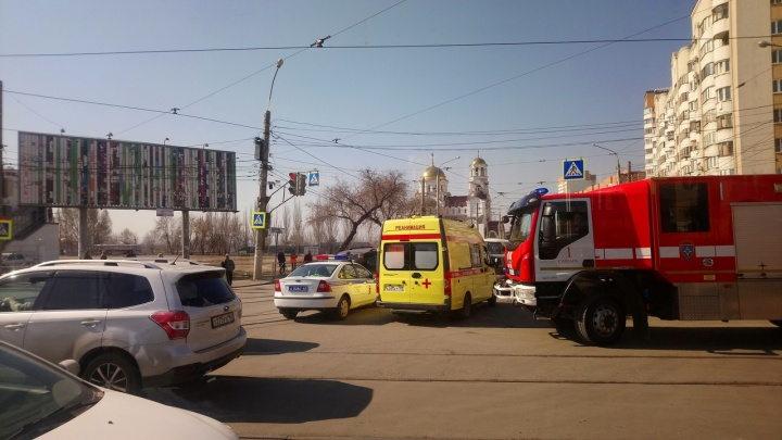 Очевидцы: на улице Тухачевского пьяный водитель Mazda CX-7 протаранил шесть автомобилей