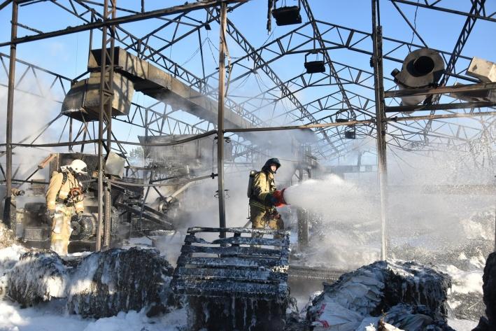 Пожарным пришлось непросто во время тушения огня: большая площадь пожара и токсичный дым