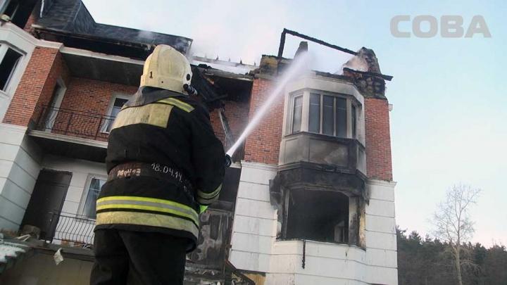В скандальном посёлке «Бухта Квинс» загорелся трёхэтажный дом