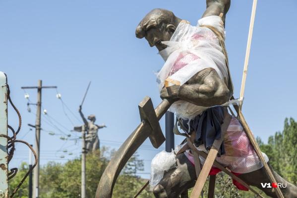 Знаменитая скульптура встала на одной из аллей мемориального парка