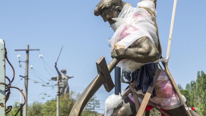 «Перекуем мечи на орала»: скульптура Вучетича переехала в мемориальный парк Мамаева кургана