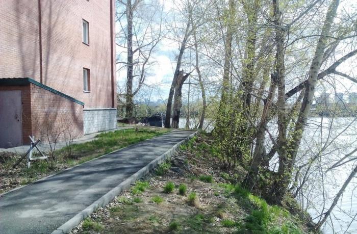 Дом расположен в 8 метрах от берега Оби в Яринском затоне — жильцы опасаются его разрушения