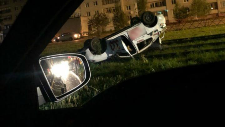В Ярославле скандально известное такси вылетело на рельсы и перевернулось на крышу