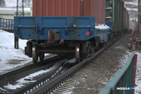 Один из погибших общался по телефону, другой пытался опередить локомотив — неудачно