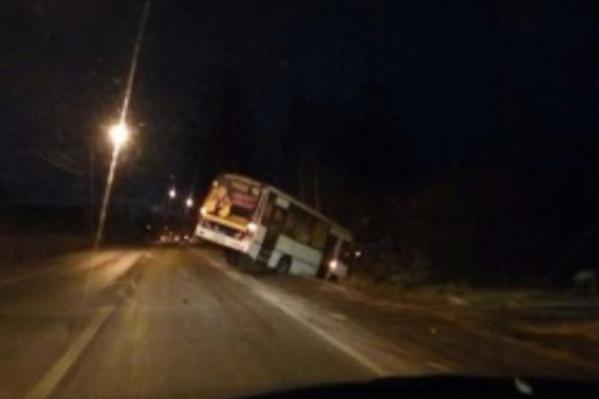 Почему автобус слетел в кювет — сейчас выясняют полицейские