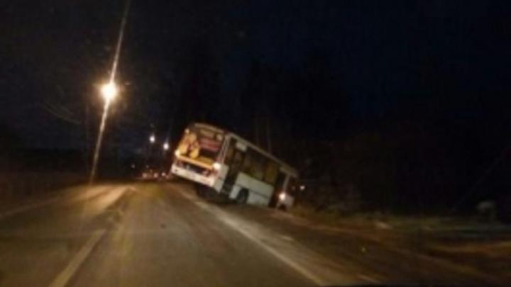 Рейсовый автобус Екатеринбург — Пермь у села Лобаново слетел с трассы в кювет
