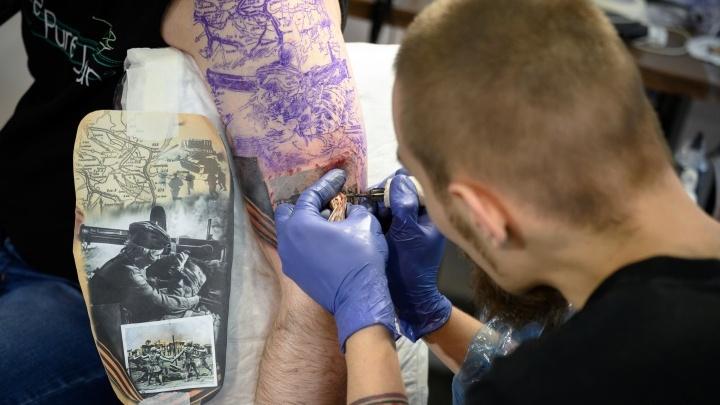 «Больно. Спина и поясница — вообще ад». Фанатам татуировок набили Родину-мать и Сталинградскую битву