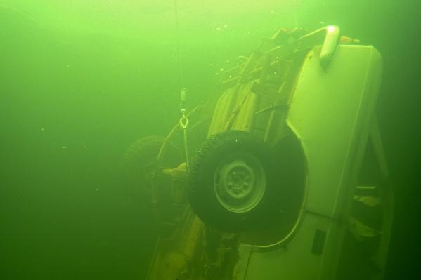Спасатели показали, как вытаскивают со дна автомобили
