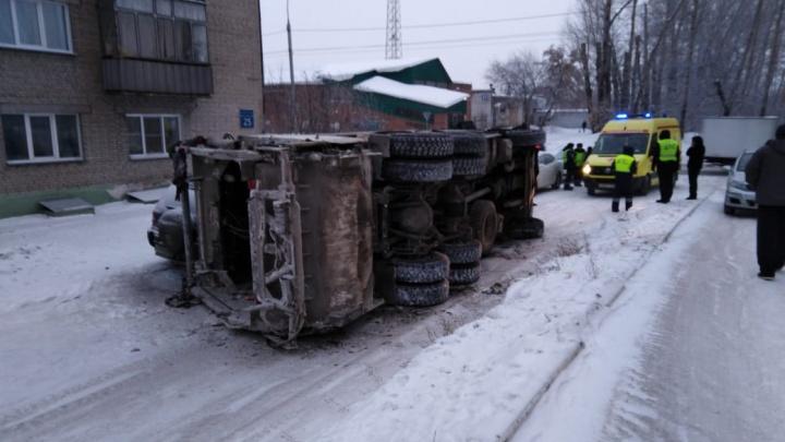 «Пытался объехать машины» мусоровоз лёг на бок в Ленинском районе Новосибирска
