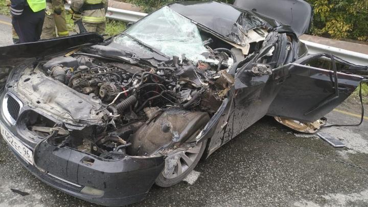 «Куски машины разбросаны на большом расстоянии»: под Екатеринбургом BMW врезалась в грузовик