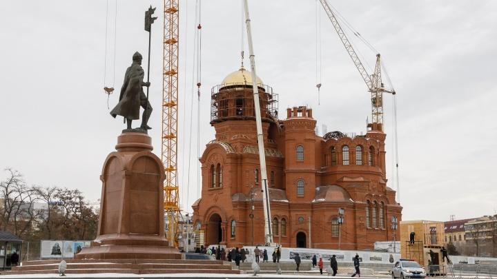 На строящийся в центре Волгограда Александро-Невский собор к концу недели поднимут еще два купола