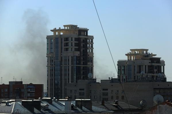 Дым от пожара виден с правого берега