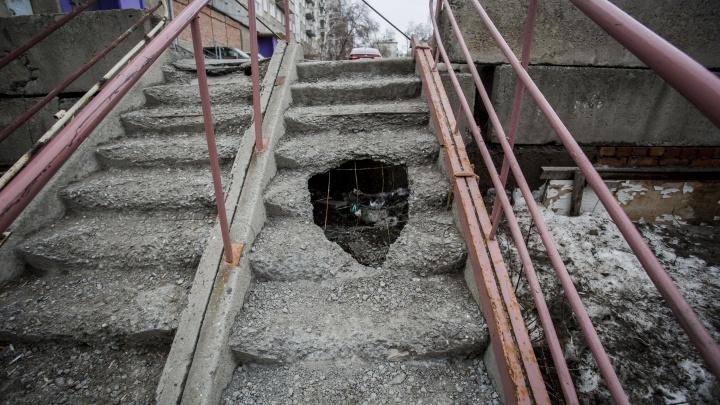 На опасной лестнице в Ленинском районе появилась дыра: ступени не ремонтируют полтора года