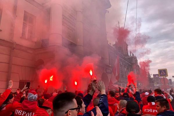 Фанаты московского клуба зажгли проспект Ленина в красные цвета