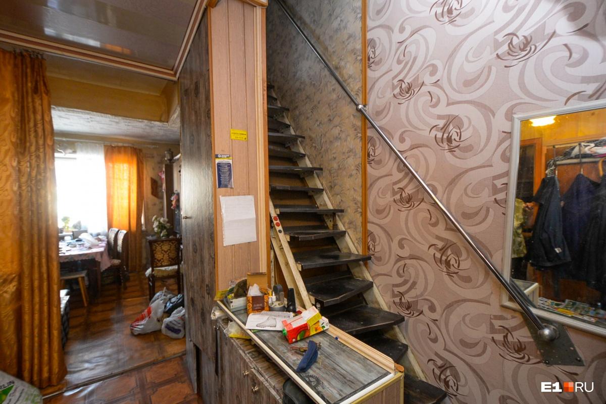 У женщины двухэтажная квартира. Наверху — ванная, туалет и две комнаты. Наталья Николаевна признается, что ей уже непросто подниматься по этой лестнице