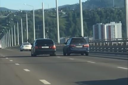 Мстительный водитель «Лексуса» прижал «Мазду» к обочине моста за неловкий маневр
