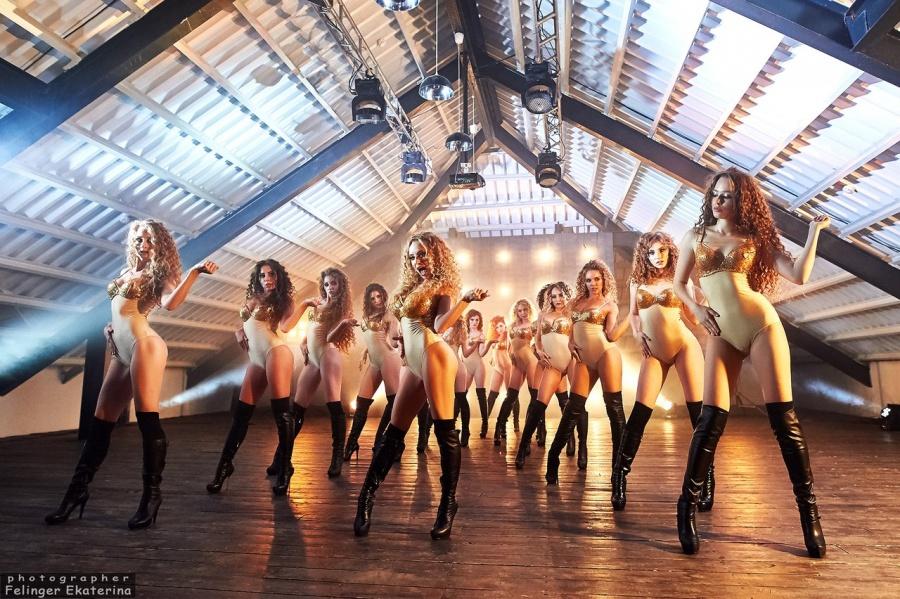 Секси студентка танцует общирите ютаб