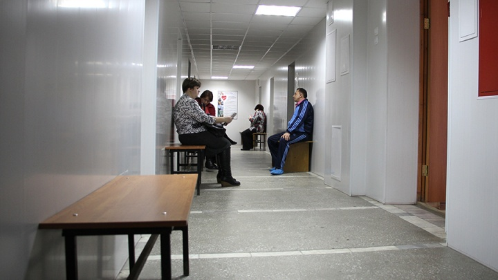 Больницу оштрафовали за кабинеты без ремонта и светильников