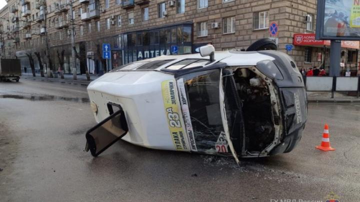 «Мчался на красный»: в центре Волгограда легковушка перевернула маршрутку с пассажирами