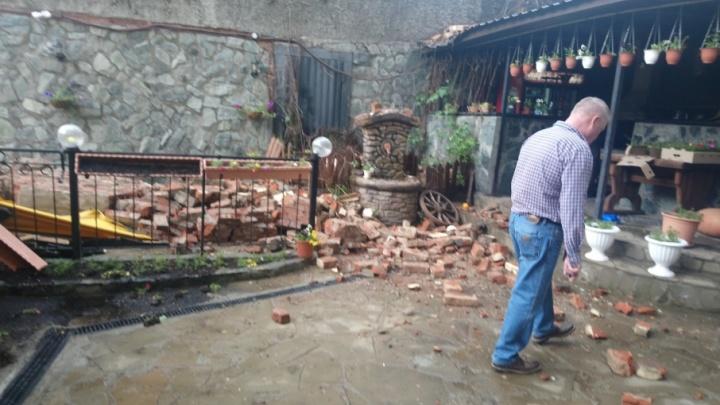 На летник пермского ресторана на Монастырской обрушилась кирпичная стена соседнего здания