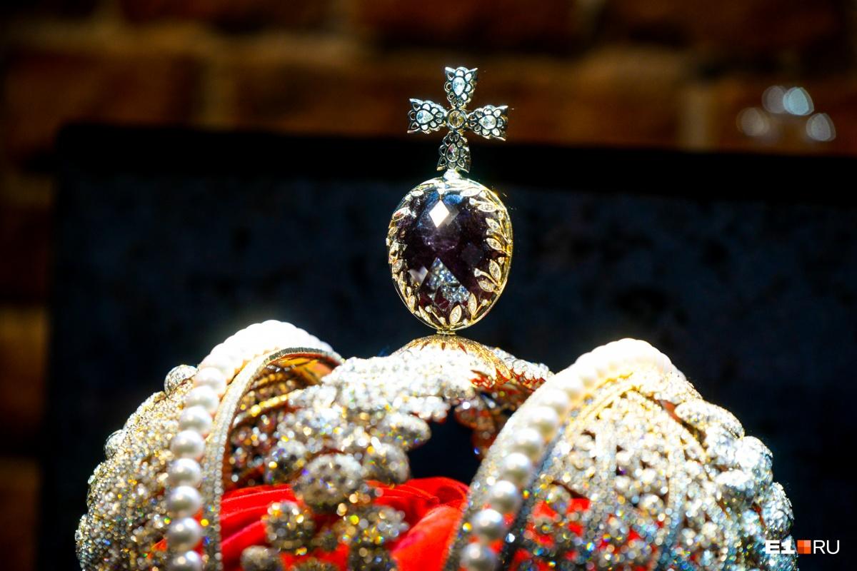 Корона инкрустирована более чем 11 000 бриллиантами