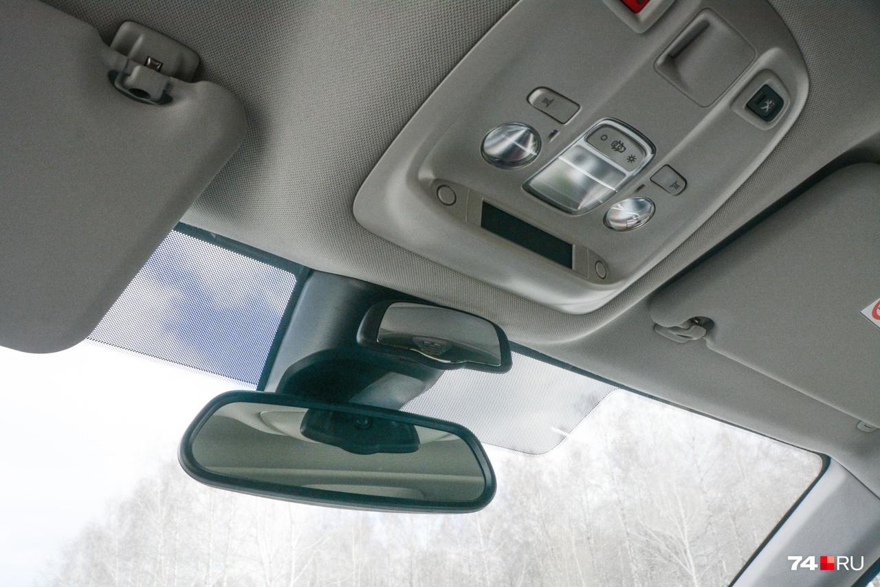 Наблюдать за пассажирами можно с помощью дополнительного зеркала заднего вида