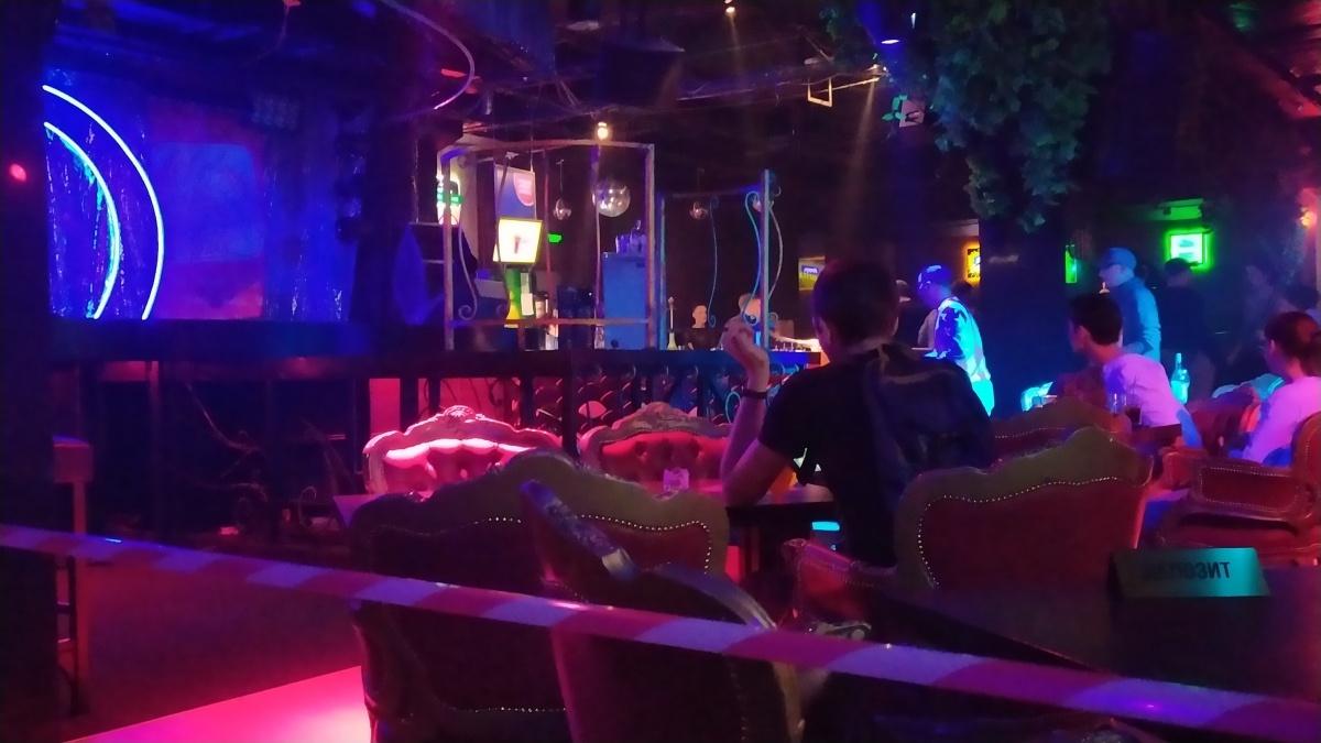 В начале вечера еще не все места в зале заняты. У сцены стоят столики, дальше танцпол