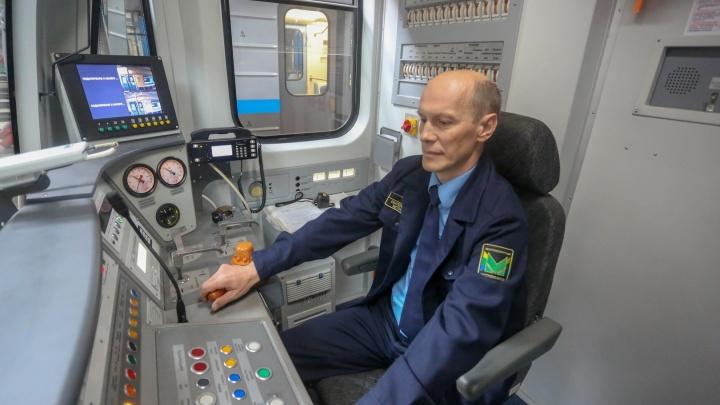 «Нам сразу сказали: новых станций пока не ждите». Машинист метро — о тридцати годах под землей