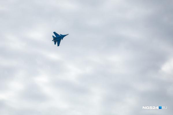 Истребители показали в небе фигуры высшего пилотажа