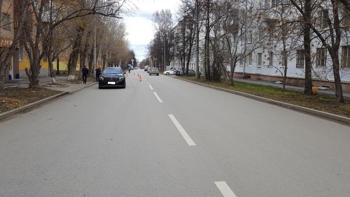 Внезапно выскочила на дорогу: в Екатеринбурге Mercedes сбил 12-летнюю девочку