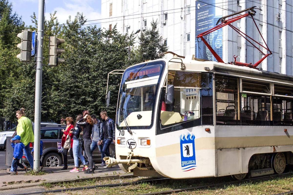 Девочка шла на трамвайную остановку