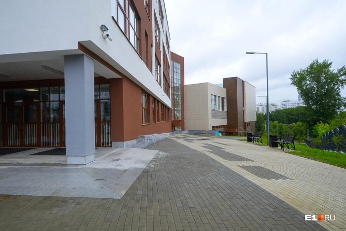 Фасад здания, которое имеет сложную архитектуру в силу особенностей рельефа — большого перепада высот