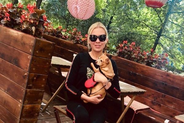 Тойтерьера сначала завела дочь Людмилы (на фото), но после рождения ребёнка она была вынуждена отдать собаку матери