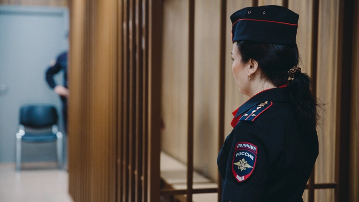 Мошенников, продавших 20 квартир умерших тюменцев и дольщиков, взяли под стражу в зале суда