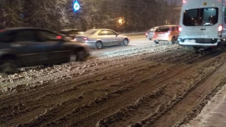 Город стоит: в вечерний час пик в Челябинске образовались 9-балльные пробки