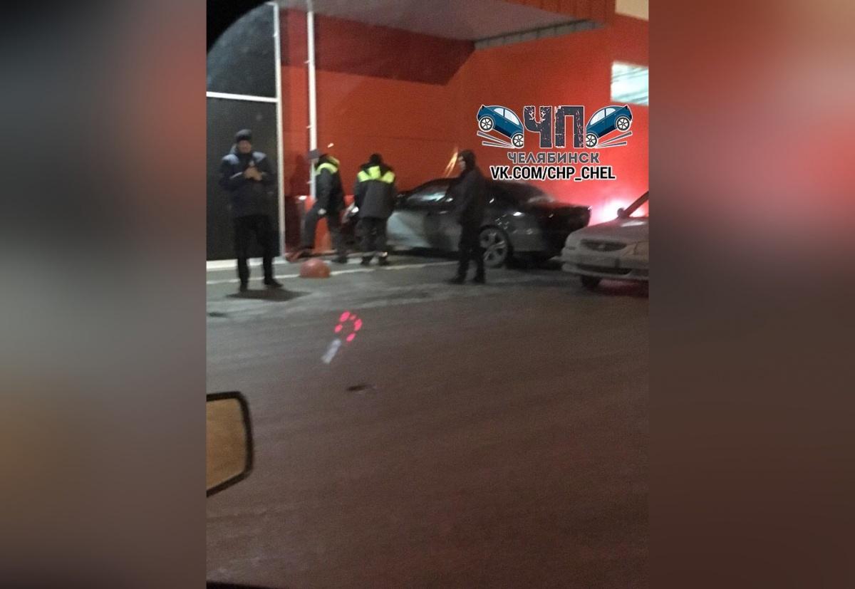 Автомобиль врезался в здание магазина