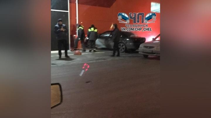 В Челябинске автомобиль протаранил стену торгового центра