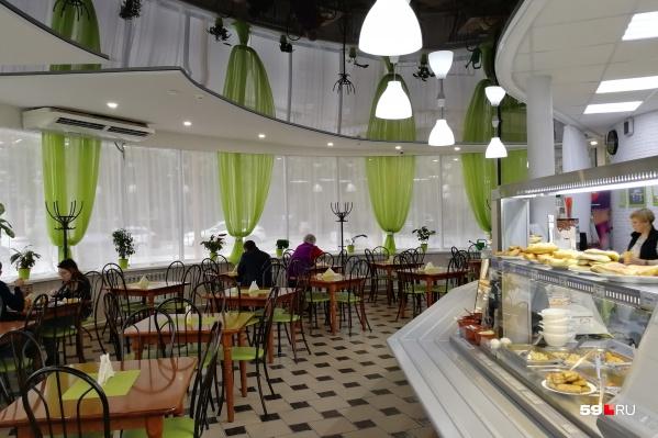 Часто столы размещают в том же помещении, что и линию раздачи, как в кафе «Ешь-ка»