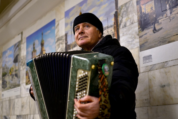 Владимир Веретенников играет в метро уже несколько лет