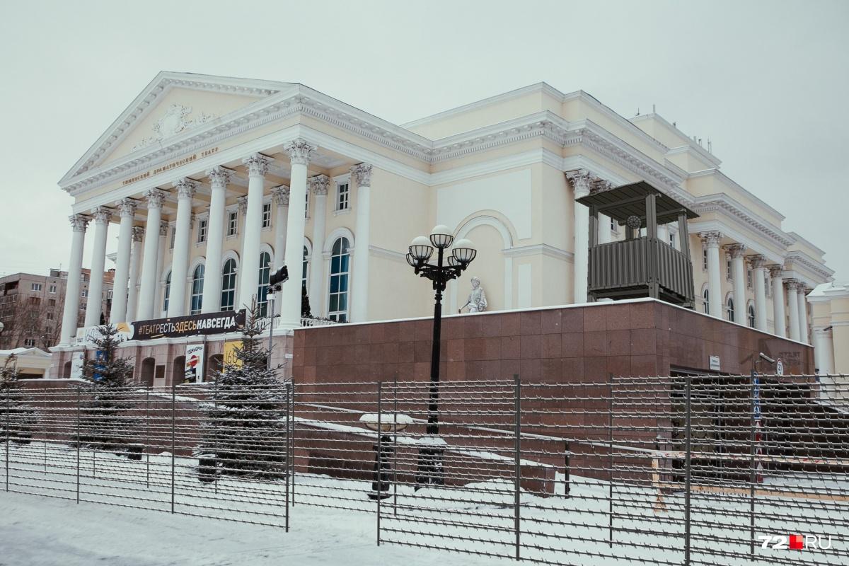 Тюменский драматический театр каждый день посещают сотни любителей театрального искусства. Новая система безопасности избавит тюменцев от случайных зрителей.