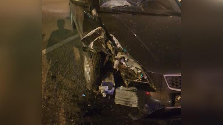 Разбил лобовое головой: в Ярославле иномарка вылетела с дороги в фонарный столб