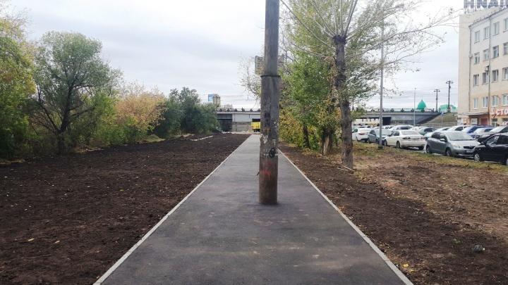 По проекту так и было: власти объяснили, почему столб оказался посреди тротуара у Оми