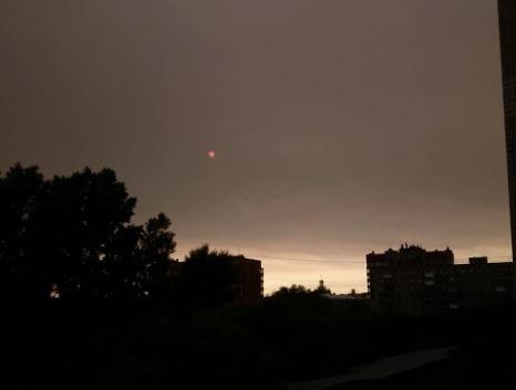 Новосибирцы завалили соцсети фотографиями необычного красного солнца