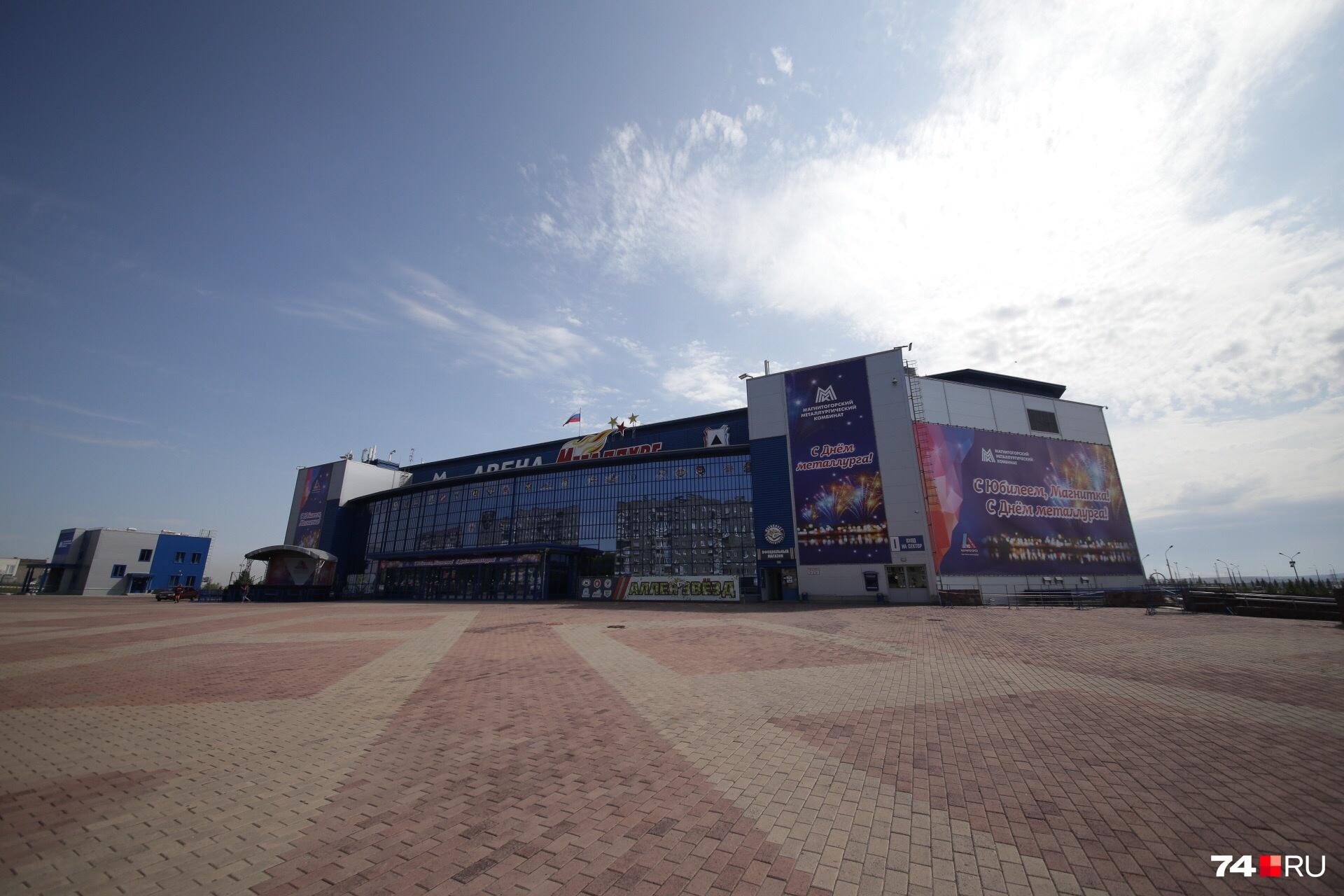 На площадке у арены пока пустынно, но вечером здесь будут десятки тысяч людей