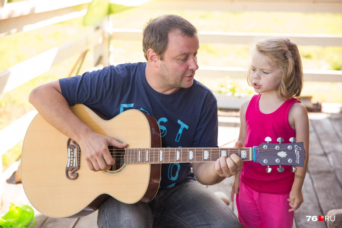 Маленькая племянница Артёма песенку про синий трактор знает наизусть