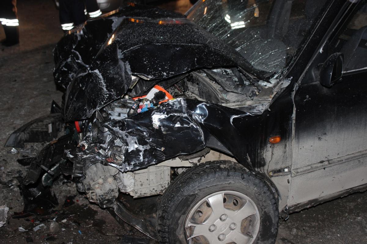 Водитель Volkswagen Polo выехал на встречку и врезался в лоб этого Hyundai Accent